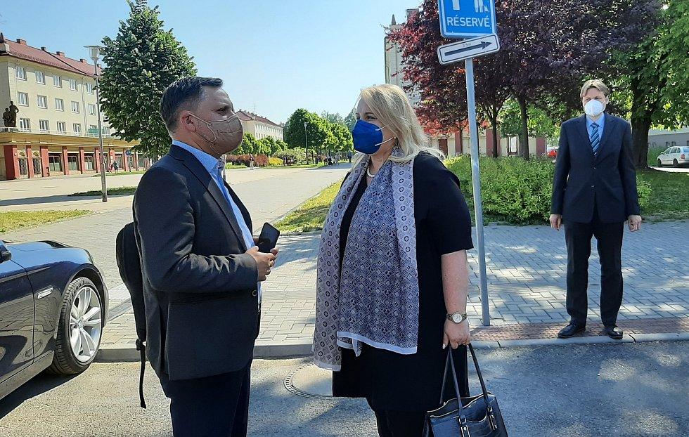 Karviná, návštěva ministryně  pro místní rozvoj Kláry Dostálové (ANO), 10. června 2021. Setkala se mj. s generálním ředitelem společnosti Heimstaden Janem Rafajem (vlevo).