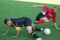 Takto urputně bojovat o každý míč budou zřejmě muset fotbalisté Českého Těšína, pokud se chtějí zachránit v divizi.