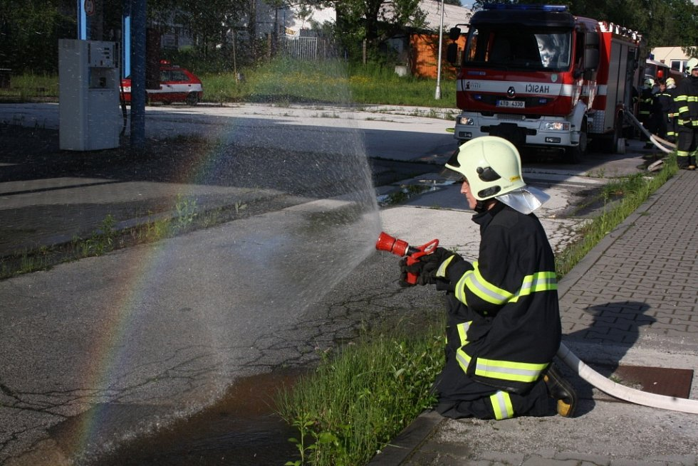 Společný výcvik dobrovolných hasičů při vytváření tzv. Vodní ulice.