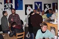 Večerem s hudbou, poezií a vínem oslavila karvinská kavárna Fair začátek astrologického jara. V pátek se zde totiž konalo vystoupení karvinského rodáka, nyní trvale žijíciho ve Španělsku, Davida Matušky.