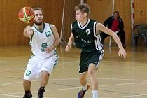 Karvinští basketbalisté (v bílém) v duelu proti Žabovřeskám.