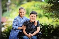 Dvanáctiletý Radovan Dluhoš z Českého Těšína od narození trpí Duchennovou svalovou dystrofií. I díky Nadaci Agel se může postavit na vlastní nohy.