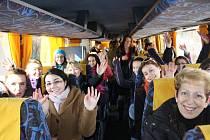 Členky sborového studia Permoník z Karviné odjely reprezentovat město na pěvecké soutěži do New Yorku.