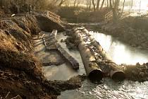 Přes řeku Lučinu se lidé nějakou dobu nedostanou.