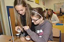 Žáci ZŠ Karoliny Světlé mají nové učebny chemie a fyziky.