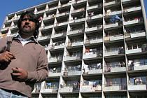 Aktivista Kumar Vishwanathan před sociální ubytovnou Merkur.