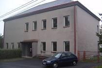 Obec Chotěbuz hledá nájemce pro nevyužitou starou školní budovu. Oprava by prý byla nákladnější než stavba nového objektu.