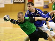 Házenkáři Karviné (v zeleném) prohráli v derby na palubovce Frýdku 29:34. V play off je čeká tým Lovosic, zatímco Frýdek-Místek si zahraje se Zubřím.