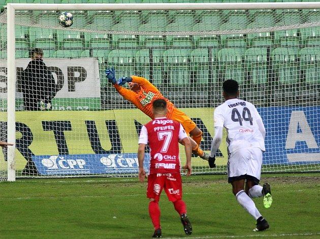 Vduelu dvou překvapení podzimu vyhrály Pardubice (včerveném) vKarviné.