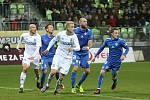 Karvinští fotbalisté (v bílém) vydřeli doma bod proti Liberci.
