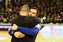 Skvělé duo karvinských gólmanů Nemanja Marjanović, Petr Mokroš (čelem) se postaralo o další výhru házenkářů Baníku.