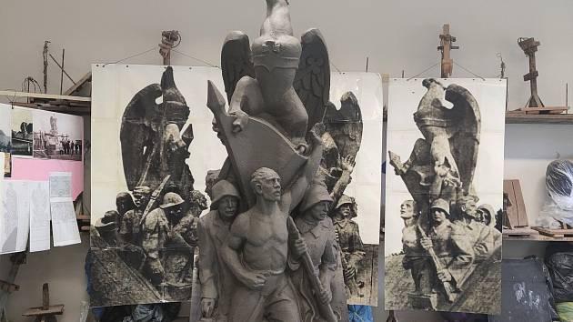 Pražský sochař Martin Chmelař už má hotový hliněný model sousoší dělníků se slezskou orlicí, které vyrobí z pískovce. To pak bude usazena na památníku obětem sedmidenní války v Orlové, odkud v roce 1938 zmizelo.