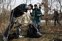 Úklid kolem Sušanských rybníků provedli studenti a pracovníci programu Čisté město Havířov.