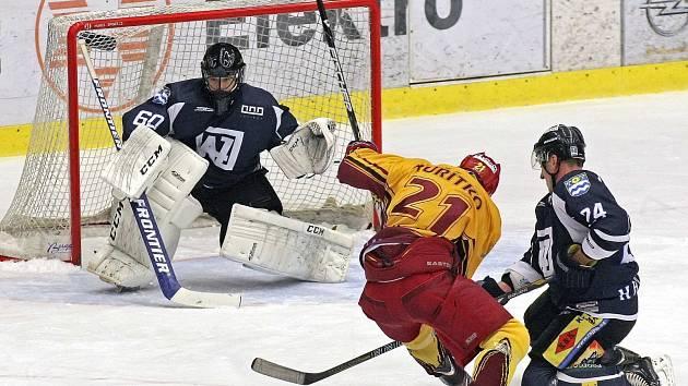 Havířovští hokejisté (v černém) prohrávají s Jihlavou 0:2 na zápasy, ale nevzdávají se.