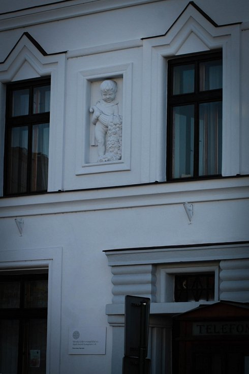 Hádanka č. 9: Zdobení domu nad bývalým místem centra Agape na rohu Masarykova náměstí.
