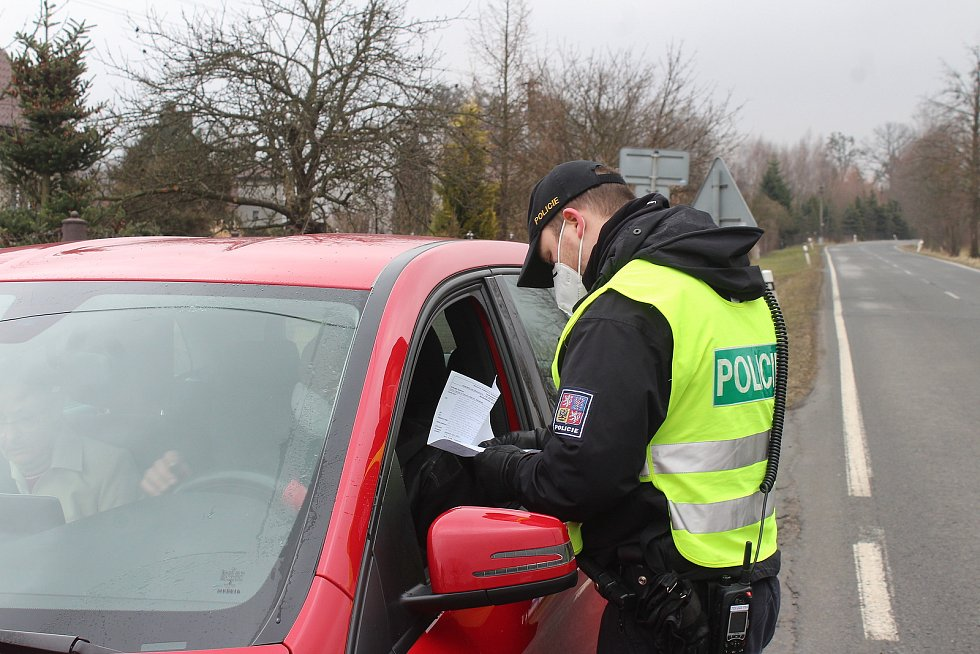 Na silnicích se v pondělí objevily policejní kontroly, které prověřují, zda lidé neoprávněně neopouštějí svůj okres.