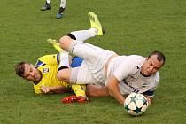Byl to boj, jak na snímku názorně dokládají bohumínský Jan Ferenc (vlevo) a domácí kapitán Tomáš Hrtánek.