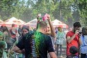 Duhový déšť se na návštěvníky festivalu snášel každou hodinu.