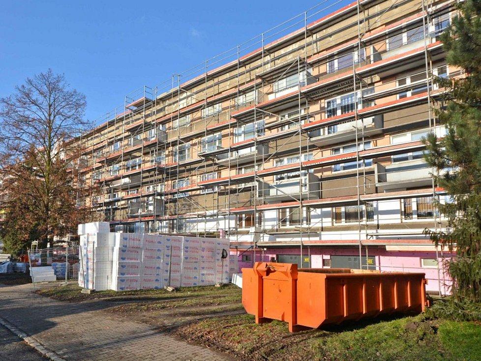 Problém nedostatku lidí ve stavebnictví se v Bohumíně projevil zpožděním prací při zateplování panelových domů, za které teď musí firmy zaplatit více než milionové penále.