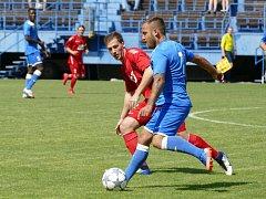 Havířovští fotbalisté (v modrém Miroslav Matušovič) si poradili se Slavičínem.