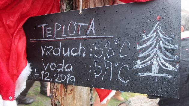 Otužilce v Karviné neodradil na Štědrý den ani déšť, tradice je tradice