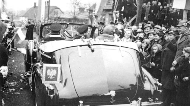Snímky z oslav obsazení území Karviné Poláky v roce 1938.