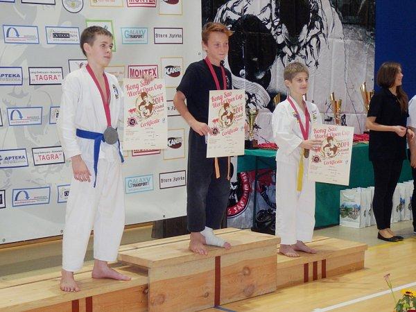 Denis Filipek se zlatou medailí na krku.