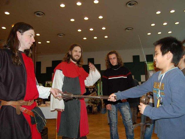 Na orlovské výstavě se líbí zejména dětem. Zájemci se včera mohli obléct do výbavy středověkého rytíře. Do drátěné košile dívce pomohli členové skupiny historického šermu Heretik Orlová.