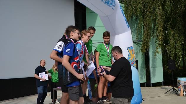 Chlapci přebírají medaile z rukou orlovského starosty Miroslava Chlubny.