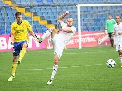 Karvinští fotbalisté (v bílém) prohráli ve Zlíně.