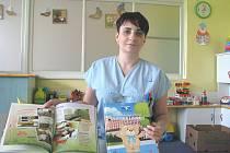 Sestřička karvinské nemocnice Pavlína Mikulková představuje tzv. edukační knihu pro tamní dětské pacienty.
