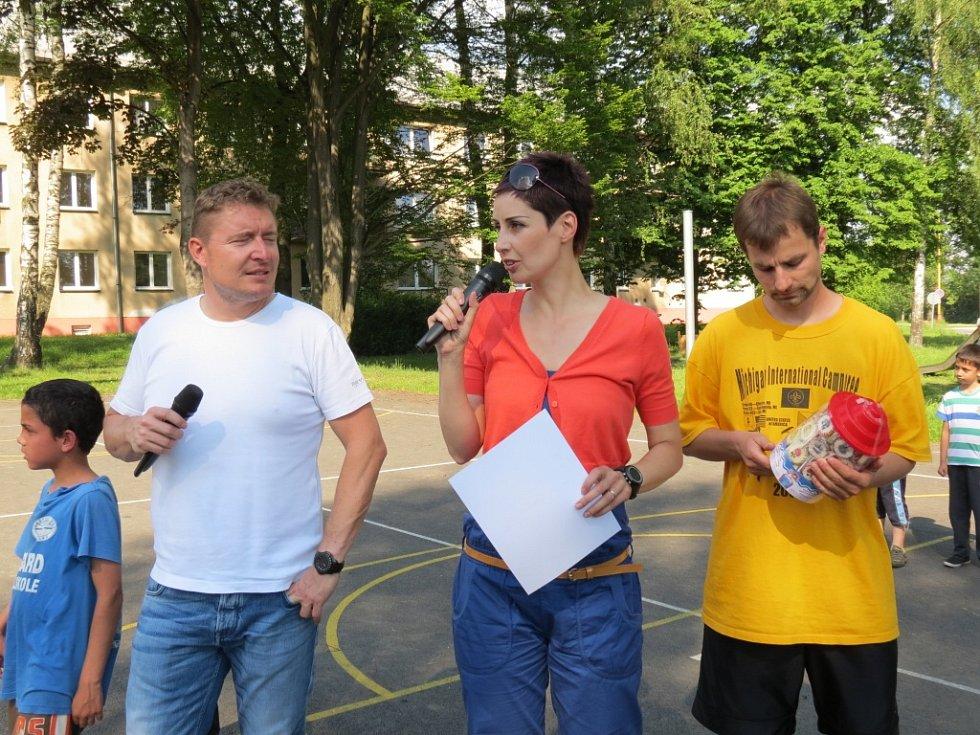 Turnaj na streetballovém hřišti v Šumbarku.