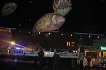 Létající kapři se v sobotu vznášeli nad Orlovou. Akci připravila Nadace OKD na orlovském náměstí, hned vedle kluziště.