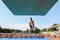 Soutěž ve skocích do vody ze tří, pěti a desetimetrové výšky na koupališti v Havířově.