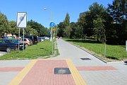 Nedokončené chodníky s cyklostezkou podél Dlouhé třídy v Havířově 4. července 2018. Hotovo mělo být 22. května. V úseku za Markurem bude obousměrný provoz cyklistů a chodců smíšený.
