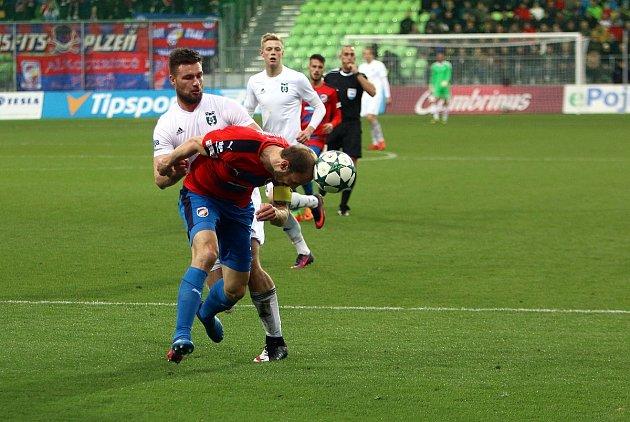 Karvinští fotbalisté (vbílém) odehráli proti Plzni výborný zápas, ale bodů se nedočkali.