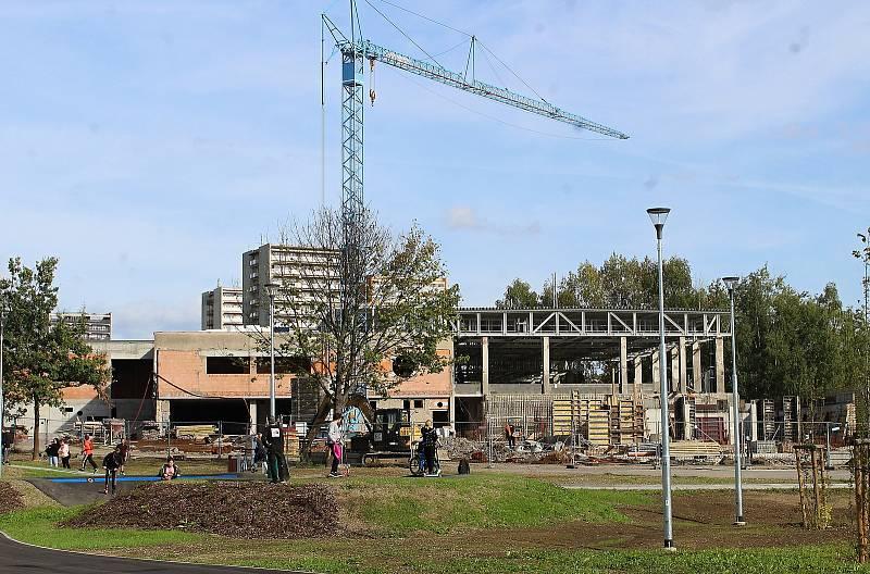 Multifunkční sportoviště u Obchodní akademie Karviná, září 2021. V sousedství probíhá rekonstrukce krytého bazénu.