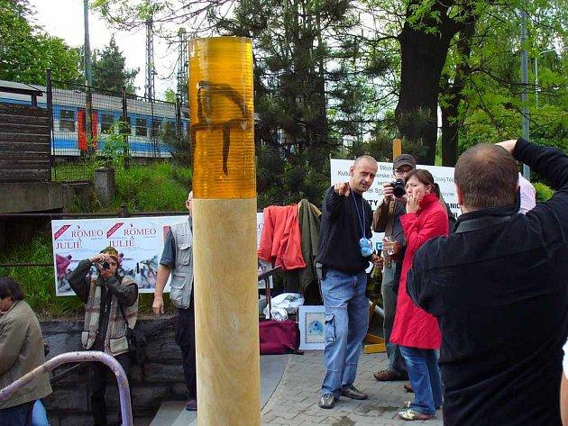 Umělec Aleš Szotkowský společně s představiteli českotěšínské radnice odhalil svou sochu.