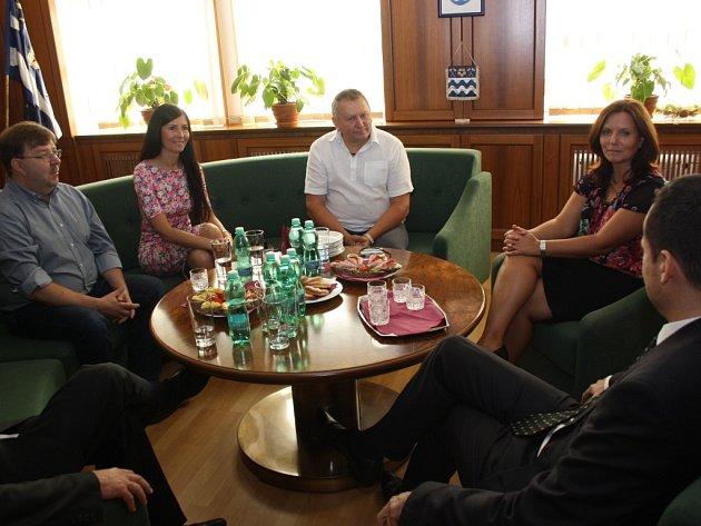 Estonci z městečka Paide na návštěvě Havířova. Setkání na radnici. Primátorka Siret Pihelgas druhá zleva.