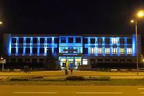 Kulturní dům Petra Bezruče v Havířově je nasvícen modře.