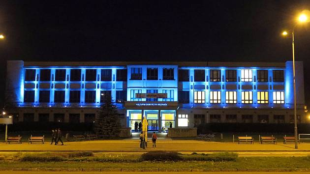 77679c437a8 Kulturní dům Petra Bezruče v Havířově je nasvícen modře. ...