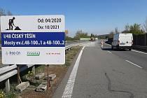 Nerovnosti na povrchu silnice na obchvatu Českého Těšína u hraničního přechodu v Chotěbuzi zmizí. Dělníci opraví vychýlené mostná opěry. Práce potrvají se zimní přestávkou do října příštího roku.