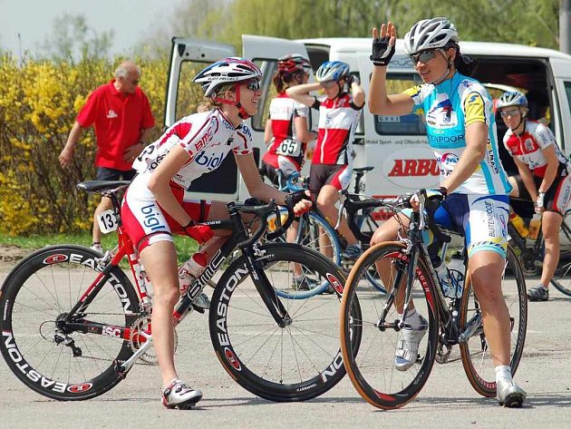 Cyklistky si jako obvykle před startem úvodní etapy přátelsky poklábosí a pak si během čtyř dnů nedarují nic zadarmo.