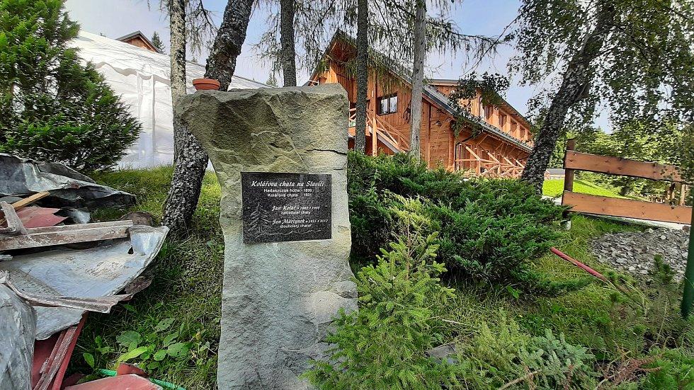 Kolářova chata na Slavíči šla k zemi. Majitel ji nechal kvůli napadení dřevomorkou zbourat. Pamětní deska Kolářovy chaty.