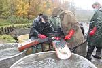 Rybáři z Orlové, výlov rybníka Velký Holotovec, 31. října 2020.