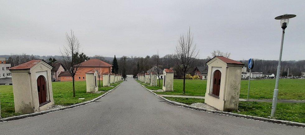Petřvald. Křížová cesta, pohled od kostela sv. Jindřicha.