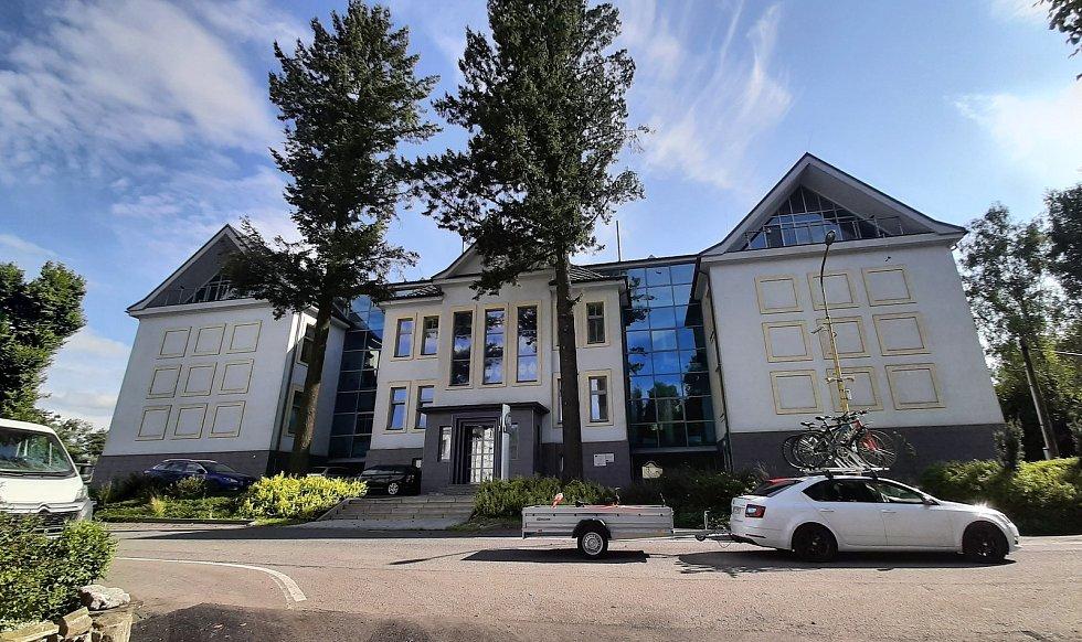 Prostřední Suchá. Objekty v původní části obce slouží dnes převážně firmám a podnikatelům. Bývalá škola, v 90. letech podniktelský inkubátor.