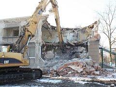 Budova bývalé školky v karvinské čtvrti Nové Město šla k zemi, protože léta prázdný objekt ohrožoval své okolí.