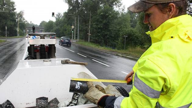 Kontrola kvality nového povrchu orlovské ulice v Havířově.