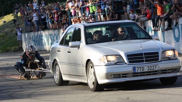 Rekord v jízdě na saních tažených autem.